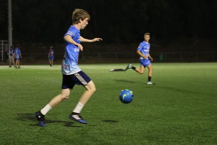 שחקן הנוער תירוש מכדרר בהמלך משחק כדורגל