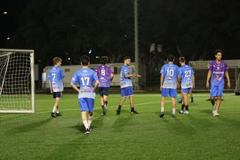 שחקני הנוער במהלך משחק כדורגל.jpg