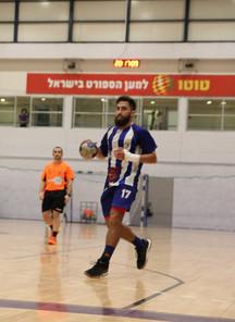 """שחקן אס""""א תל-אביב אייל זייפרט בדרך לשער שאוחז בכדור.jpg"""