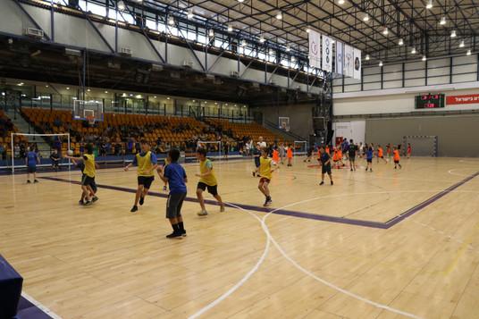 משחק כדוריד במהלך אימון ילדים