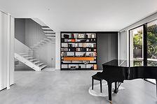 פסנתר כנף שחור ליד הספריה וגרם המדרגות ה