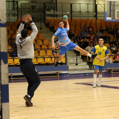 שחקן הנוער עמית זורק לשער מהפינה.jpg