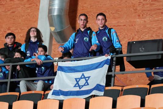 שחקני מחלקת הנוער אסא תל אביב עם דגל ישר