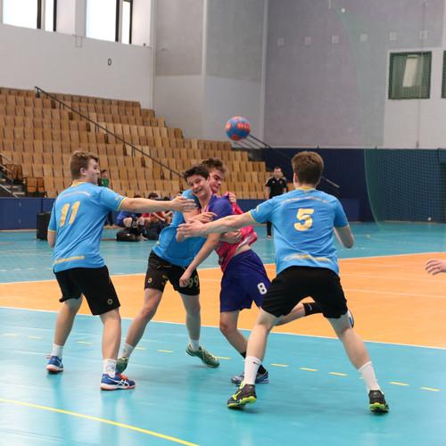 שחקן נוער אסא תל אביב מוקף בשלושה שחקני קבוצה יריבה