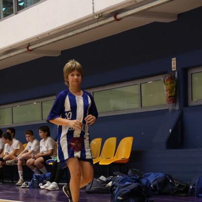שחקן נוער אסא תל-אביב צועד בשולי המגרש.J