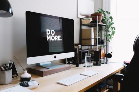 מסך מחשב עם כיתוב DO MORE, על שולחן עבודה שולחן עבודה