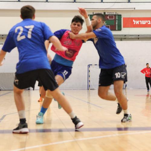 שחקן נוער אסא תל אביב  בין שני שחקני הגנה