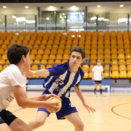 שחקן נוער אסא תל-אביב מנסה לבלום שחקן יריב