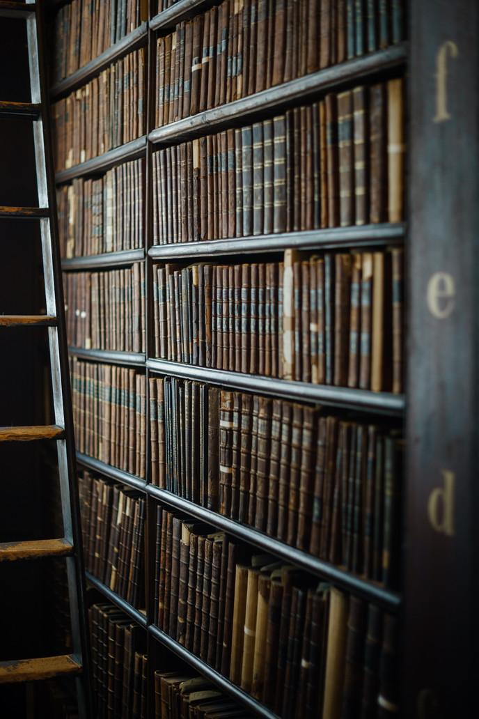 ספרי משפט מונחים על ספריית מדפים