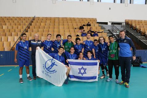 """תמונה קבוצתית אס""""א תל אביב נוער עם דגלי ישראל ואס""""א לאחר הזכיה במקום הראשון בטורניר"""