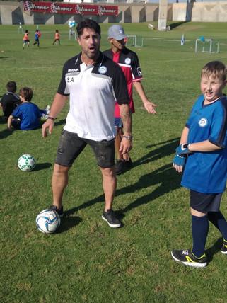 פליקס חלפון במהלך אימון בית הספר לכדורגל
