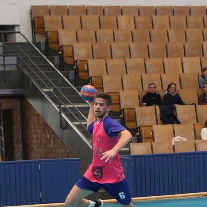 שחקן נוער אסא תל אביב מנתר תוך כדי זריקת כדור לשער