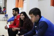 """פיזוטרפיסטית אס""""א תל אביב יושבת על ספסל המחליפים בין שני שחקני אס""""א תל-אביב"""