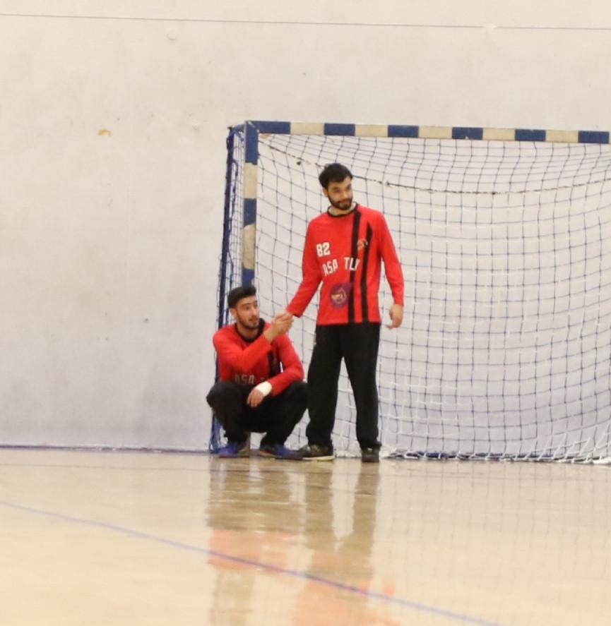 שני שוערי אסא תל אביב לוחצים יד כאשר אחד עומד על רגליו והשני ועמידה שפופה