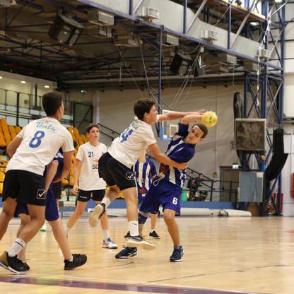 שחקן נוער אסא תל-אביב בהתקפה כאשר שחקן הגנה מנסה לבלום אותו