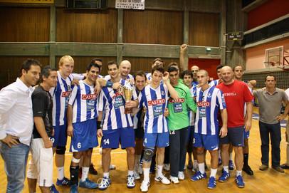 """שחקני אס""""א תל-אביב עם גביע השופטים 2009-10.jpg"""