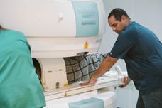 דוקטור אשר זפרני במהלך סריקת MRI.jpg
