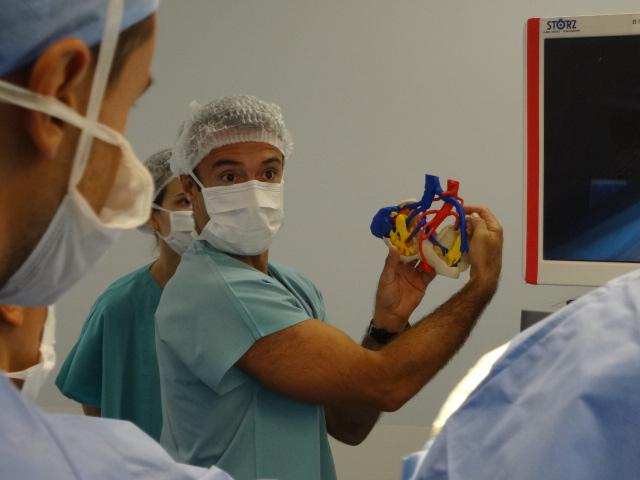 Dr. Vitagliano con modelo 3D