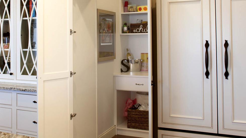 graceful-classic-savannah-kitchen-pantry