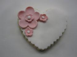 flowery heart cookie