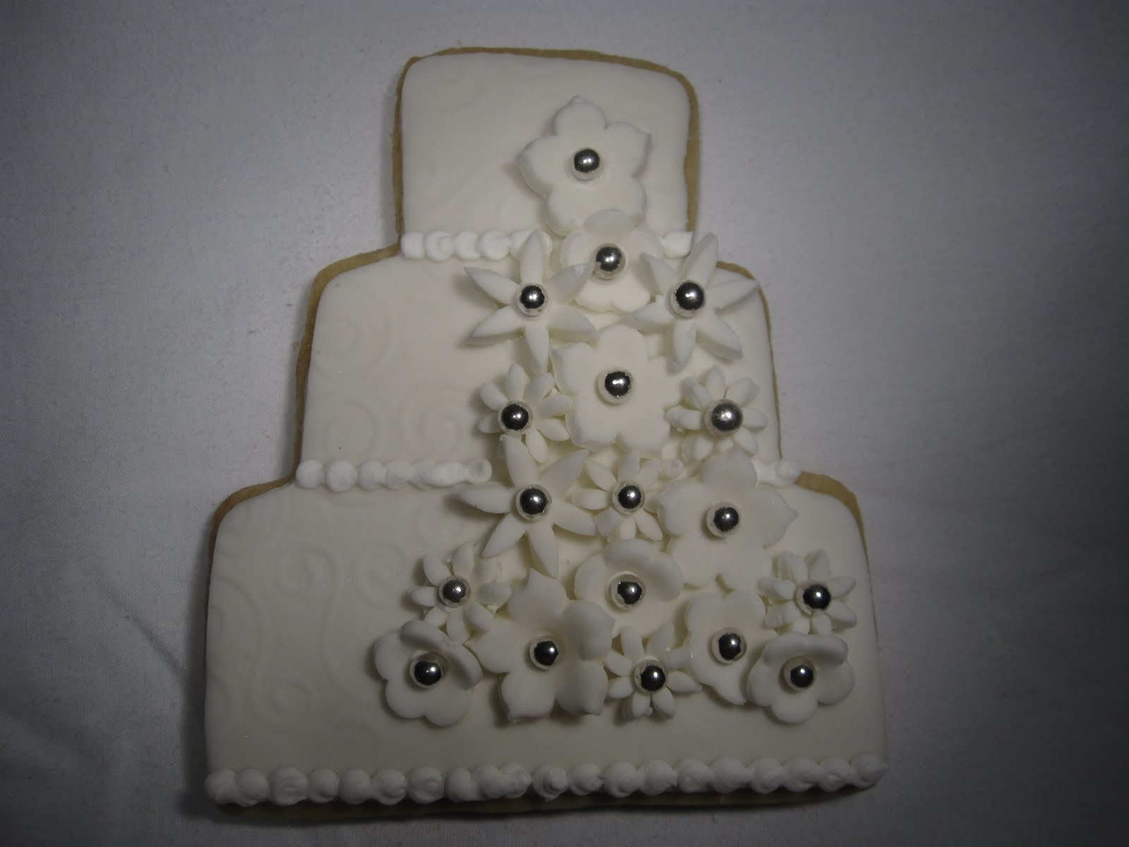 White cake with flowers and dragges