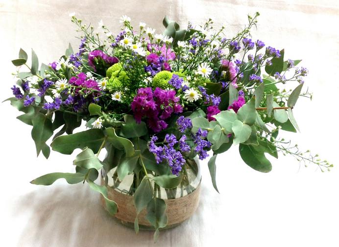 Centro de mesa con flores silvestres.