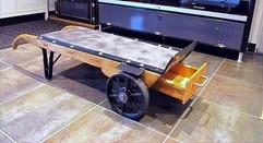 Table basse avec un vieux diable, plateau en beton et résine
