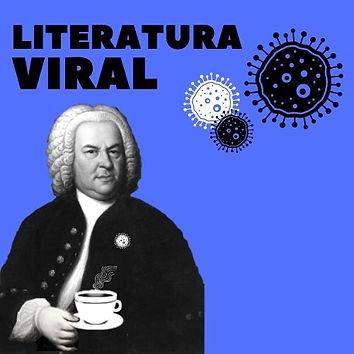 Johann Sebastian Bach posa para um retrato. Ele está bem vestido com uma jaqueta preta e elegante. Usa uma peruca branca. Segura em suas mãos uma xícara de café. Fundo azul, vemos as bactérias do podcast.