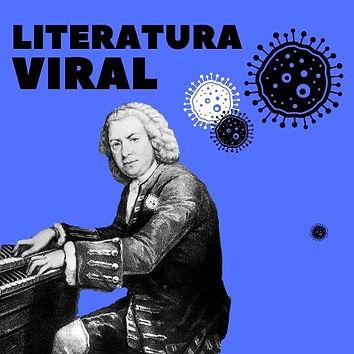 Johann Sebastian Bach senta-se ao piano e toca uma música enquanto olha para o público. Ele usa uma peruca branca, roupas elegantes do século XVIII . Fundo azul e logo do Literatura Viral.