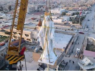 Colocan nueva imagen de la Virgen sobre torre de iglesia que fue destruida por ISIS