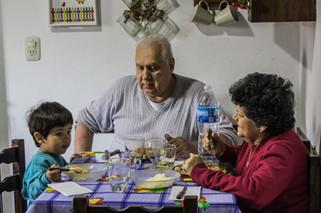 Abuelos y nieto almorzando