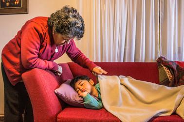 Abuela arropa a su nieto durmiendo
