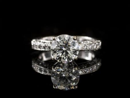 為什麼聰明人選擇莫桑石鉑金戒指?