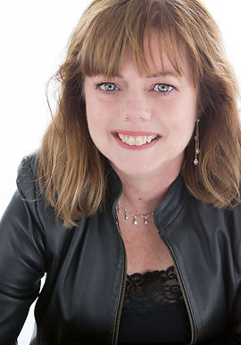 headshot of Sue Curran Writes women's fiction novels
