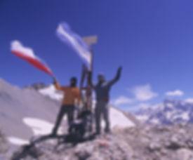 12 Banderas hito Piuquenes.JPG