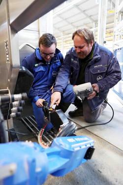A Bosmark mérnökei a robot beállítását végzik