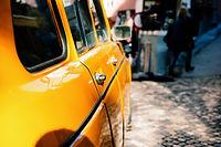 Der Oxy3-Car desinfiziert und reinigt auch Türgriffe im Auto, an denen sich hartnäckige Keime festsetzen.