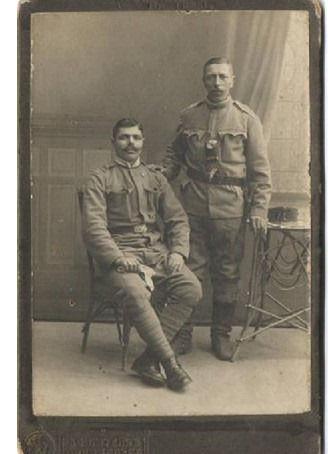 027 August Till, ten z prawej, brawdopod