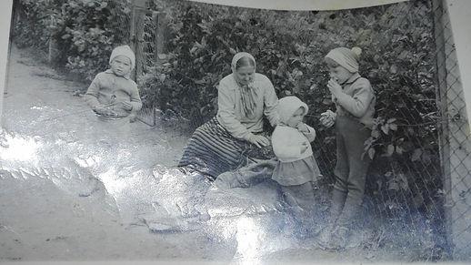 katarzyna pluta z wnukami.jpg