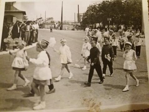 Pochód pierwszomajowy w Tomaszowie, początek lat 60-tych ubiegłego wieku.