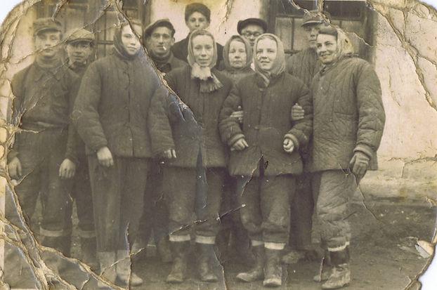 023. Lata 50-te, pracownicy budujący pol