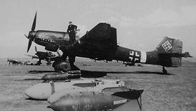 """Ju 87 D-5 na lotnisku w Husi w Rumunii, na niedługo przed udziałem w walkach nad terenami Polski w lipcu 1944. Samolot ten, """"T6+LS"""", należał do 8./SG a więc do tej samej Staffel (eskadry), która utraciła dwa Sztukasy opisane w niniejszym artykule (J. Crow via D. A. Davis)."""