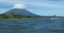 Kiteboarder devant volcan Concepcion