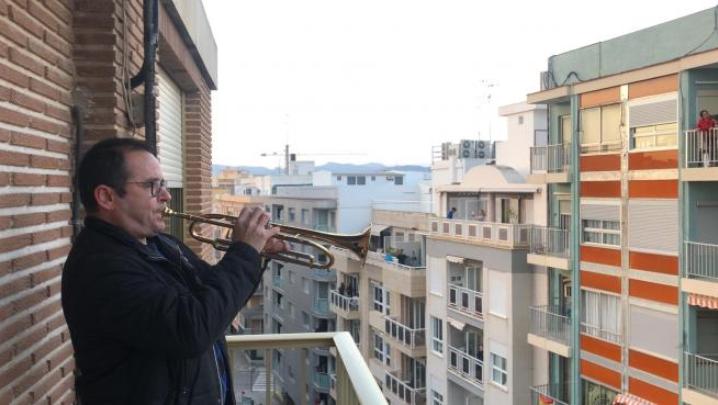 trompetista en balcon