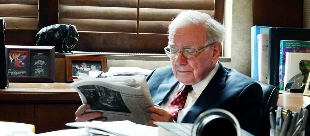 Warren Buffett leyendo