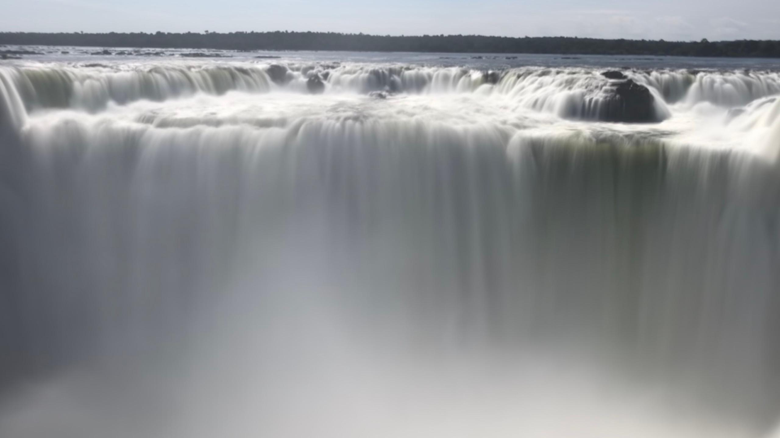 Wassermassen stürzen viele Meter ins Tal hinunter