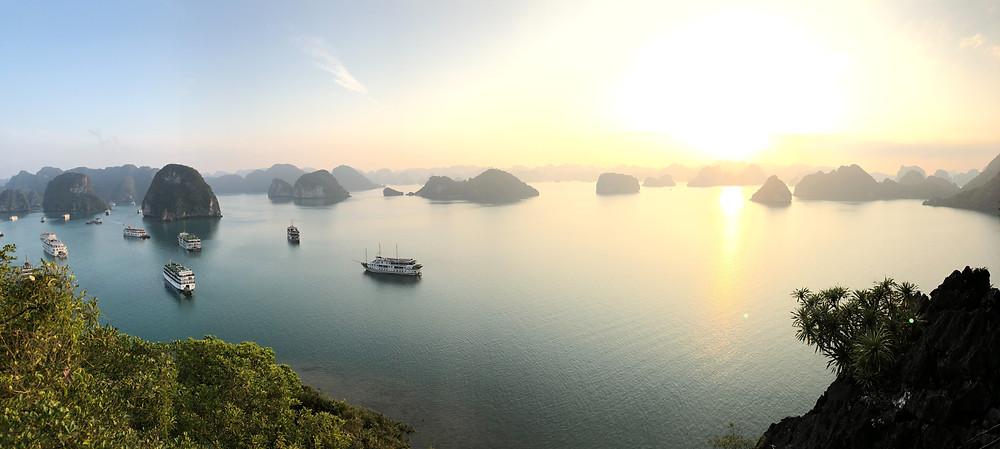 Die Hạ long Bucht während des Sonnenuntergangs