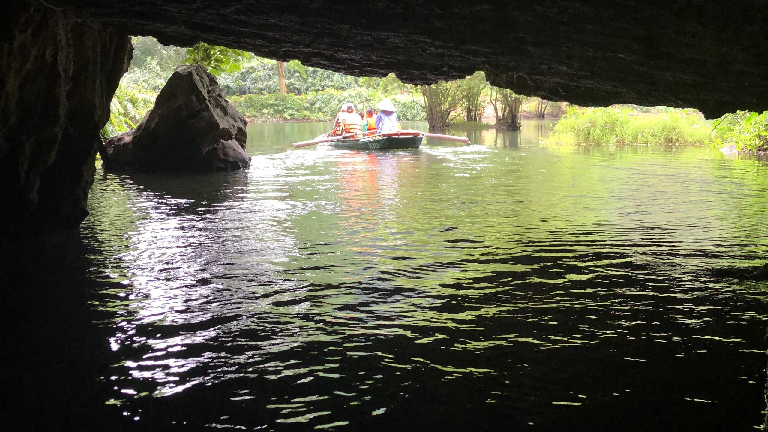 Die wunderschönen Höhlen sind mit einem Boot erreichbar