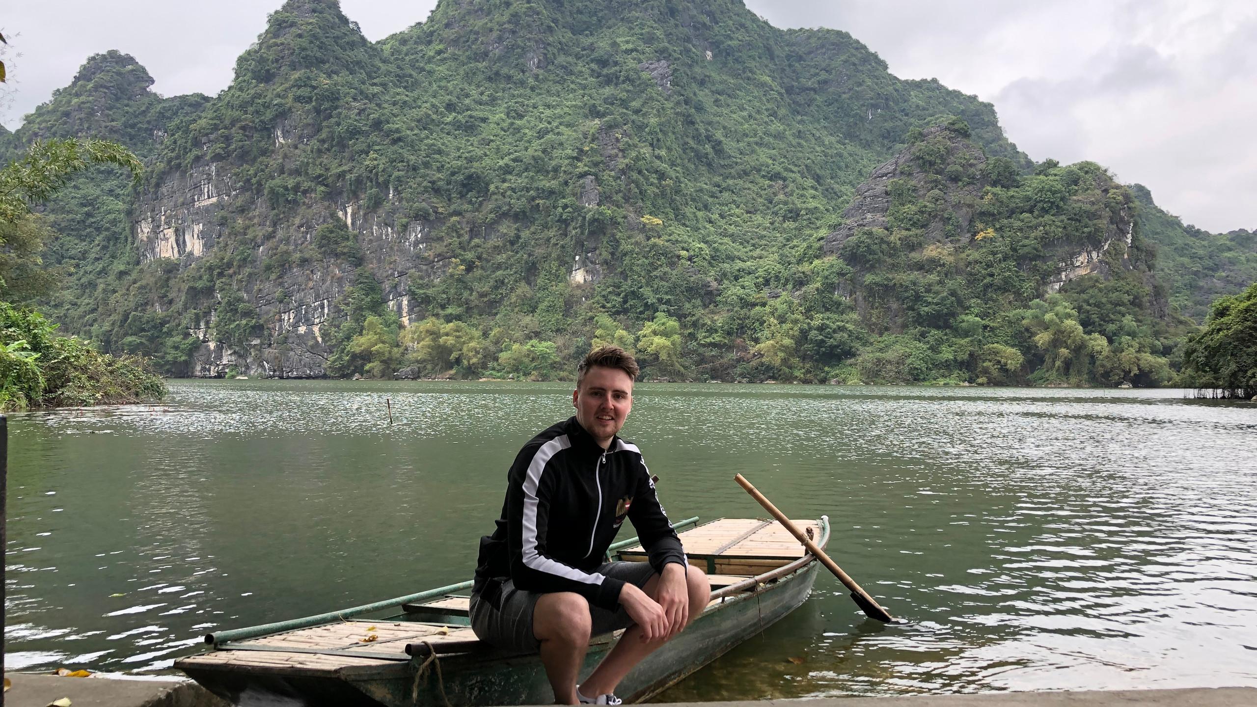 Kalksteinfelsen in dem Fluss Ngo Dong