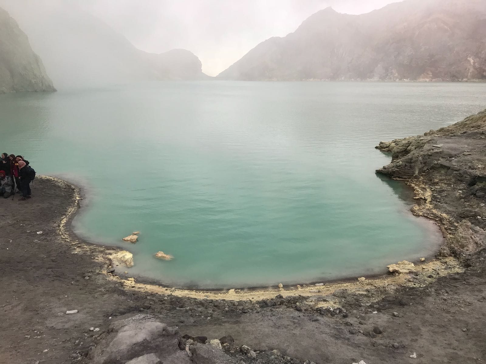 Wanderung in einen Vulkan - im Krater war dieser See zu sehen